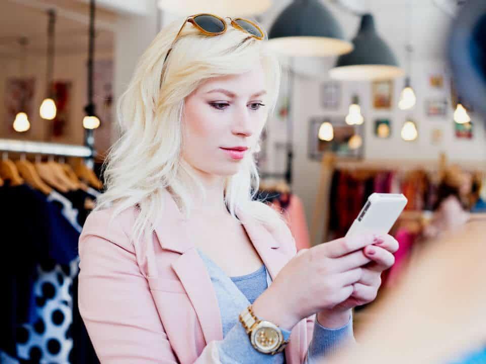 vrouw met smartphone illustratie geef je klanten de brijheid om te shoppen waar enb wanneer ze willen
