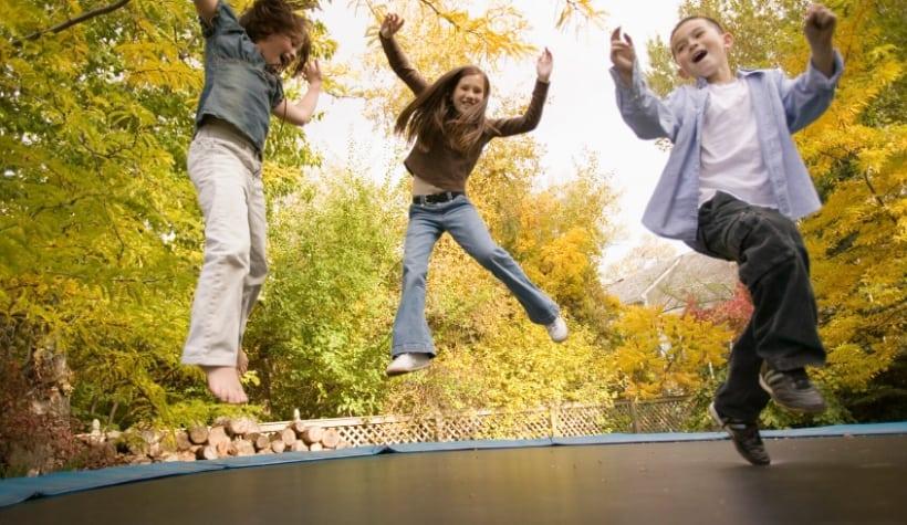 kinderen die springen op trampoline beleving webshop