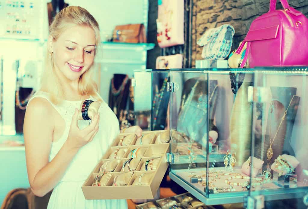 kassasysteem retail juwelenwinkel - jonge vrouw die juwelen inspecteert