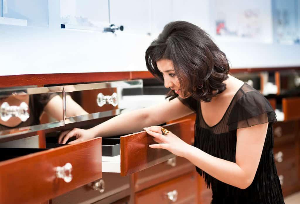 kassasysteem retail juwelenwinkel - verkoopster zoekt in juwelen stock
