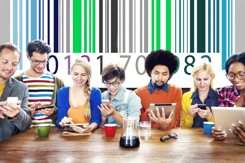 barcode op achtergrond met op de voorgrond groep jonge mensen tijdens iprteren van klanten en artikels