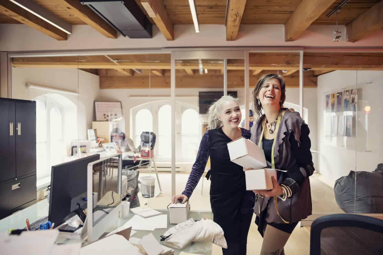 startup vrouwelijke retailers die lachen en plezier maken