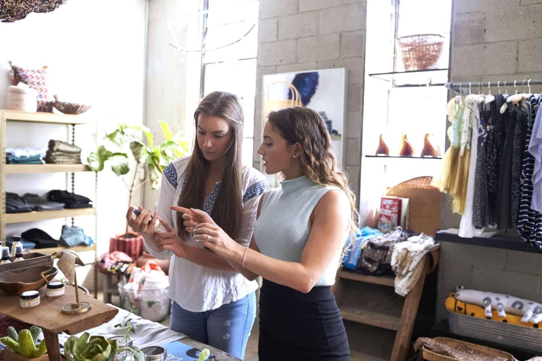 twee dames in winkel die iets aan het bespreken zijn