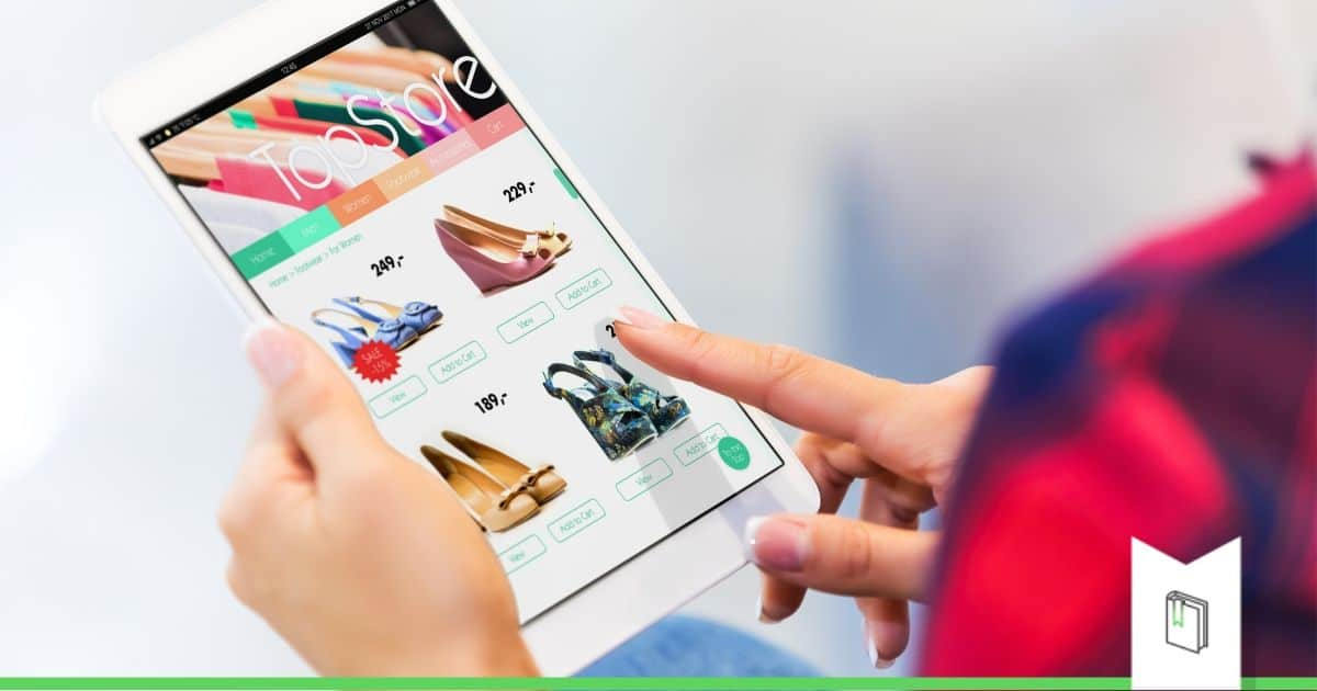 vrouw winkelt online voor schoenen in solden op tablet