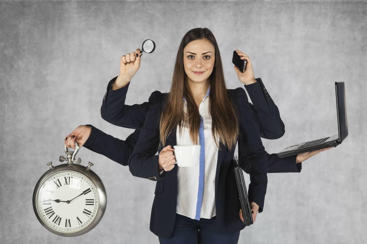 vrouw die vanalles tegelijk doet en tijd bespaart