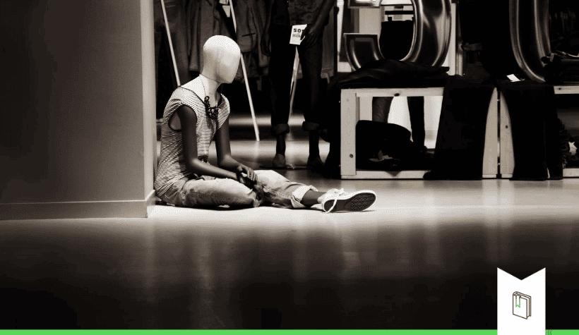 eenzame mannequin in winkel
