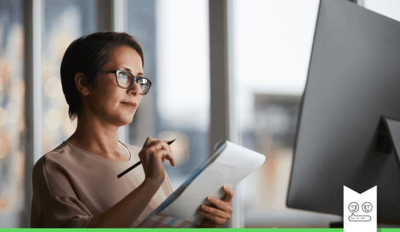 salesmedewerkster die notities maakt bij bestellingen B2B ecommerce op computerscherm