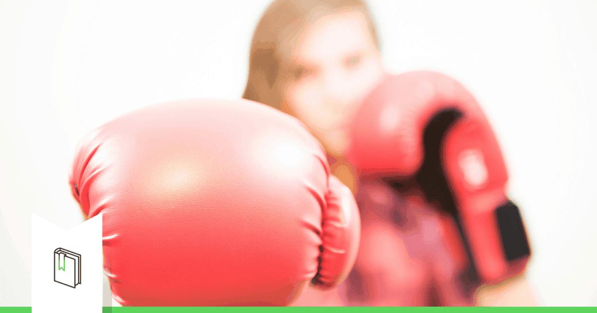 vrouw met bokshandschoenen aan die strijd levert