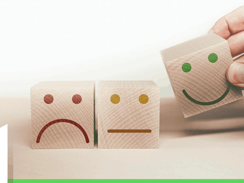 slechte reviews houten blokjes met lachende en fronzende gezichten